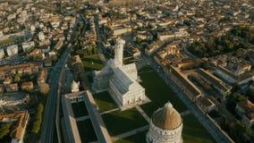 Vista a?rea da torre inclinada famosa de Pisa e da catedral, It?lia filme