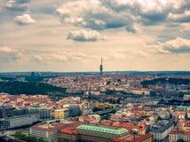 Vista a?rea da torre da tev? em Praga do rio de vltava fotos de stock