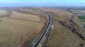 Vista aérea da trilha através dos campos video estoque