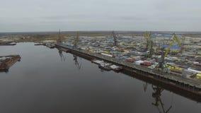 Vista aérea da tundra e do rio árticos com navios industriais Porta da carga 4K video estoque