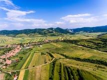 Vista aérea da vila de Costesti em montanhas Romênia de Apuseni fotografia de stock
