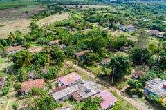 Vista aérea da vila de Manaca Iznaga no vale de Valle de los Ingenios perto de Trinidad, Cu fotografia de stock