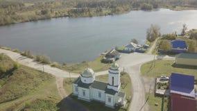 Vista aérea da vila europeia perto da lagoa Vista aérea bonita do lago e da vila color com igreja Vista superior filme