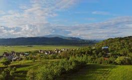 Vista aérea da vila pequena cercada por montanhas Karpaty Ucrânia foto de stock royalty free