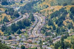 Vista aérea da vizinhança residencial perto da costa do Oceano Pacífico, Califórnia imagens de stock