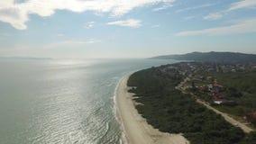 Vista aérea Daniela Beach em Florianopolis, Brasil Em julho de 2017 filme