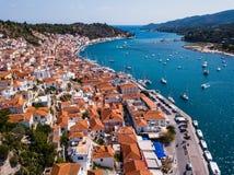 Vista aérea das casas e do porto do mar na ilha de Poros, seaÑŽ egeu fotografia de stock royalty free