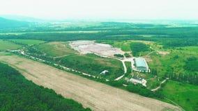 Vista aérea das construções - - no despejo da mosca Despejo de Illigal 4K video estoque