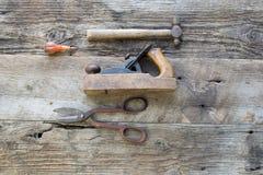 Vista aérea das ferramentas antigas usadas na loja de madeira fotos de stock