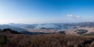 Vista aérea das montanhas, do mar e da cidade Imagens de Stock