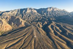 Vista aérea das montanhas e do deserto na garganta vermelha da rocha, nanovolt foto de stock royalty free
