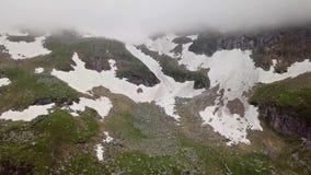 Vista aérea das montanhas neve-tampadas dos cumes vídeos de arquivo
