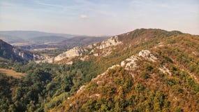 Vista aérea das montanhas no parque nacional Cheile Nerei Beusnita em Romênia imagem de stock royalty free