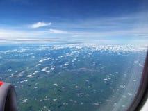 Vista aérea das nuvens, das rotas do transporte e das terras brancas das vilas fotografia de stock