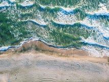 Vista aérea das ondas de oceano que deixam de funcionar na praia fotografia de stock