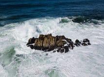 Vista aérea das ondas e das rochas em Califórnia Imagens de Stock