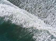 Vista aérea das ondas na costa fotos de stock