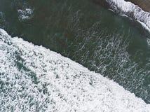 Vista aérea das ondas na costa imagens de stock