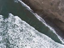 Vista aérea das ondas na costa foto de stock royalty free