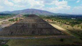 Vista aérea das pirâmides de Sun e de lua vídeos de arquivo