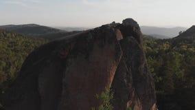Vista aérea das rochas na reserva natural Siberian Stolby filme