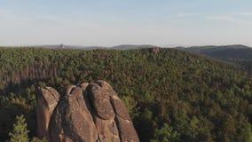 Vista aérea das rochas na reserva natural Siberian Stolby video estoque