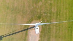 Vista aérea das turbinas eólicas em um campo verde durante o dia Perto da turbina vídeos de arquivo