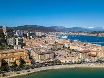 Vista aérea de Ajácio, Córsega, França A área e o centro da cidade do porto vistos do mar imagem de stock royalty free