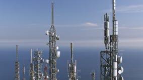 Vista aérea de antenas das torres das telecomunicações filme
