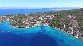 Vista aérea de apartamentos turísticos en la colina verde por el mar metrajes