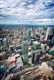 Vista aérea de arranha-céus e de prédios de escritórios modernos em Toronto foto de stock