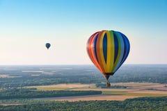 Vista aérea de balões de ar quente coloridos Fotografia de Stock