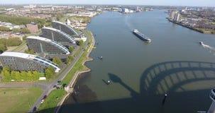 Vista aérea de barcos en el río, Rotterdam, Países Bajos almacen de video