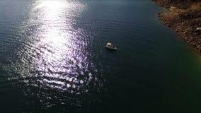 Vista aérea de barcos en la orilla del lago metrajes
