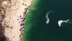 Vista aérea de barcos en la orilla del lago almacen de metraje de vídeo