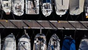 Vista aérea de barcos y de pequeños yates en puerto deportivo almacen de metraje de vídeo
