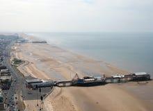 Vista aérea de Blackpool que mira la demostración del norte la playa durante la bajamar con los embarcaderos famosos y los camino Imagenes de archivo