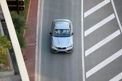 Vista aérea de BMW de plata hermoso que conduce en el bulevar D fotos de archivo