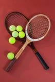 Vista aérea de bolas de tênis com raquetes de madeira Imagens de Stock