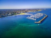 Vista aérea de Brighton Marina medio, de la costa costa, y de a suburbana Foto de archivo
