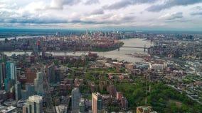 Vista aérea de Brooklyn e de Manhattan, New York City Edifícios altos Dia ensolarado, timelapse aéreo vídeos de arquivo