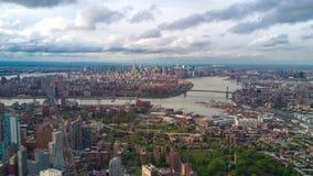 Vista aérea de Brooklyn e de Manhattan, New York City Edifícios altos Dia ensolarado, timelapse aéreo filme