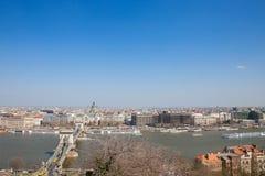 Vista aérea de Budapest do monte de Buda, com a ponte chain de Danube River, de Szechenyi, e o Szent Istvan Basilica imagem de stock