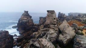 Vista aérea de Cabo Carvoeiro, costa de Océano Atlántico en Portugal metrajes