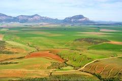 Vista aérea de campos delante de las montañas brumosas Imagen de archivo libre de regalías