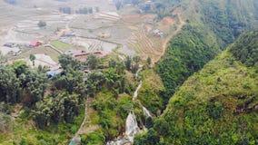 Vista aérea de campos terraced verdes e da construção do arroz no vale na vila de Cat Cat em Sapa, zangão do voo do movimento 4K filme