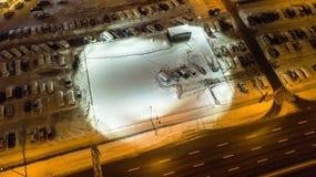 A vista aérea de carros cobertos de neve está no parque de estacionamento em um nigth do inverno imagem de stock royalty free