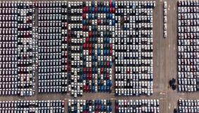 A vista aérea de carros novos de um parque de estacionamento alinhou no porto para i imagem de stock royalty free