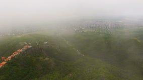 Vista aérea de casas acolhedores na cidade de Sighnaghi e no vale de Alazani do verde, turismo filme
