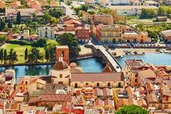 Vista aérea de casas coloridas en Bosa, Cerdeña, Italia fotografía de archivo libre de regalías